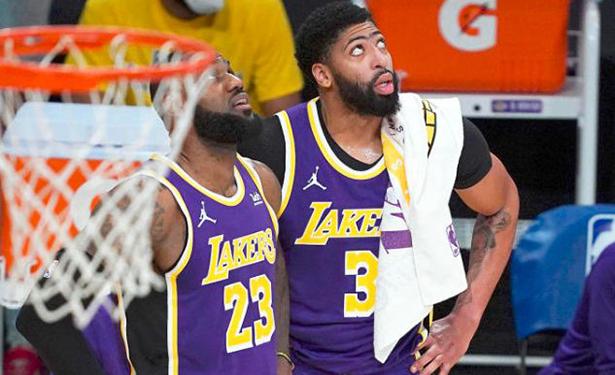 Anthony Davis torna in campo dopo che i Lakers hanno perso 30 partite e segnato 4 punti